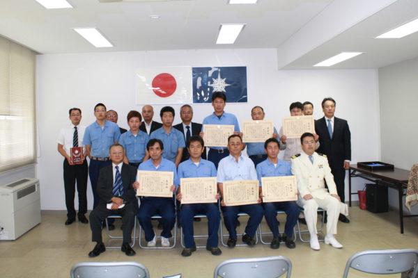 鹿島海上保安署長より感謝状を受領する曳船乗組員